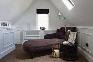 Upholstered récamier in reading room under roof ridge