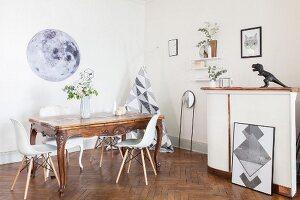Barocker Esstisch mit modernen Schalenstühlen, eine Bar