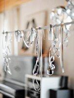 Silberne Luftschlangen auf einer Lichtleiste