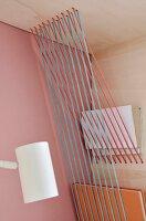 Mit Seilverspannung gestaltete Ablagemöglichkeiten in Regal