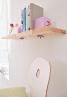 DIY-Wandbord aus verleimten Holzleisten mit verschiebbaren, Buchstützen