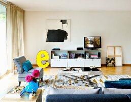Wohnzimmer klassischen Möbeln und moderner Kunst