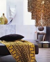 Wohnzimmer im Ethnolook, Tuch mit grafischem Muster