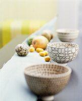 Drei Schalen mit grafischem Muster und Früchte