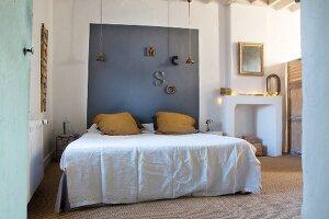 Schlafzimmer mit farblich abgesetzem Betthaupt
