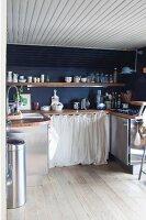 Küche unter dem Dach mit offenen Regalen und Vorhangfront