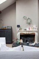 Offener Kamin im Wohnzimmer mit Vintage-Möbeln