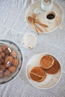 Schlicht gedeckter Tisch in Naturtönen
