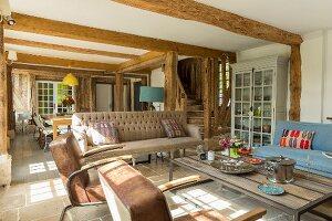 Gemütlicher, offener Wohnbereich in restauriertem Fachwerkhaus mit traditionellem Flair