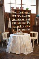Verschiedene Häkeldeckchen auf weiße Tischdecke aufgenäht in nostalgischem Kaffeehaus