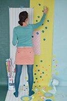 Tapete und Geschenkpapier mit bunten Farbtupfen aufpeppen