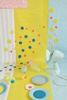 Tapete und Geschenkpapier mit bunten Farbtupfen aufgepeppt