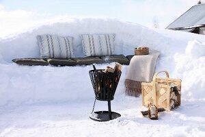 Winter-Picknick mit Sitzbank aus Schnee