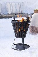 Feuerkorb im Schnee zum Winter-Picknick