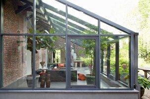 Blick in modernen Wintergartenanbau mit Loungebereich