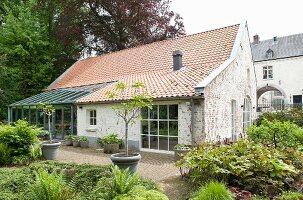 Renoviertes Landhaus mit Wintergartenanbau und Terrassenplatz