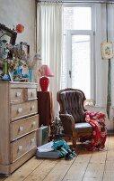 Gemütlicher, antiker Ledersessel in Altbauwohnung mit Vintage Flair