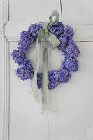 Kranz aus blauen Hyazinthen mit blasser Stoffschleife