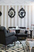 Innenansicht eines nostalgischen Cafes mit Sessel, Sofa und Scherenschnitten