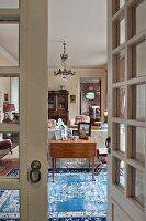 Blick durch Sprossentür in ein klassisches Wohnzimmer
