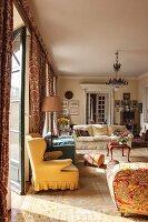 Sonnenlicht fällt ins traditionelle Wohnzimmer mit Antiquitäten