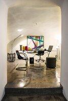 Home-Office mit Designermöbeln und Leuchten in saniertem Altbau