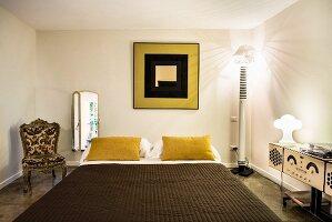 Schlafzimmer mit antikem Polsterstuhl und Plattenspieler im Retrolook