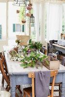 Blick auf herbstlich dekorierten Esstisch
