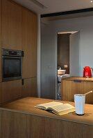 Designerküche aus Holz mit Küchentheke
