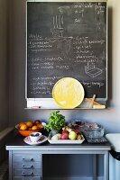 Tafel über einer alten Werkbank mit Obst und Gemüse in der Küche