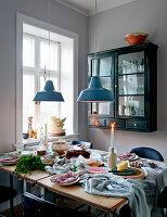 Informell gedeckter Tisch mit unordentlicher Tischdecke