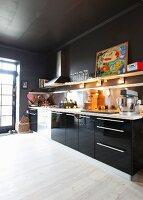 Schwarze Küche mit Hochglanzfronten und weißem Boden