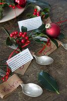 Löffelchen mit Namensschildchen, Ilex und Horoskopen zu Weihnachten