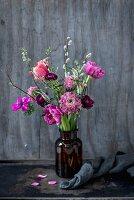 Frühlingsblumen in Vase (Tulpe, Ranunkel, Anemone, Skabiose, Weidenkätzchen)