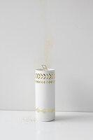 DIY-Vase aus Metalldose mit goldenen Klebetattoos