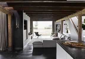 Blick von der Küche auf Lounge mit Sofagarnitur und Terrasse