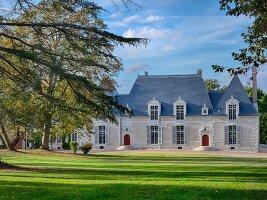 Das Chateau Des Grotteaux mit Anlage und blauem Himmel