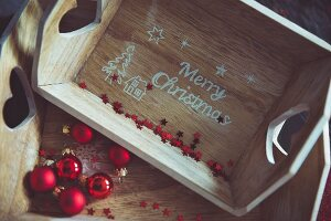 Holzkästen mit 'Merry Christmas' Schrift und roten Weihnachtskugeln