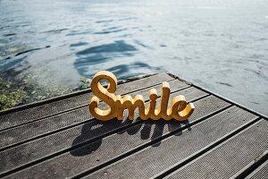 Das Wort 'Lächeln' auf Anlegestelle