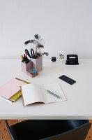 DIY-Stiftehalter aus Tetrapack, Hefte und und andere Utensilien auf Schreibtisch