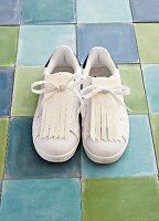 Sneaker mit DIY-Fransenlaschen aus Lederpapier