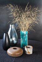 Vasen aus den Siebzigern mit getrockneten Gräsern