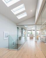 Flur in einem modernen Architektenhaus mit Glaswänden