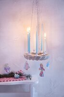 Weihnachtllicher Betongugel-Kranz: Selbstgemachter hängender Lichterkranz aus Beton