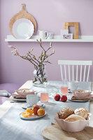 Gedeckter Frühstückstisch mit Magnolienzweig