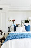 Schlafzimmer mit Doppelbett und weißem Einbauschrank