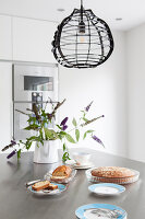 Esstisch mit Kuchen und Blume