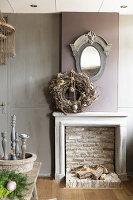 Kaminattrappe im Wohnzimmer mit rustikaler Eleganz