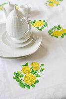 Tischdecke mit aufgebügeltem Blumenmotiv