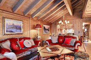 Pompöse Samtsofas in Rot und Grau im opulenten Wohnzimmer